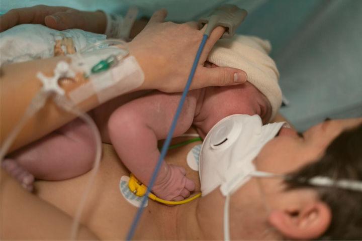 madre con bebe recien nacido - Alumbramiento