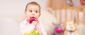 Bebé chupando un juguete - virus boca manos y pie