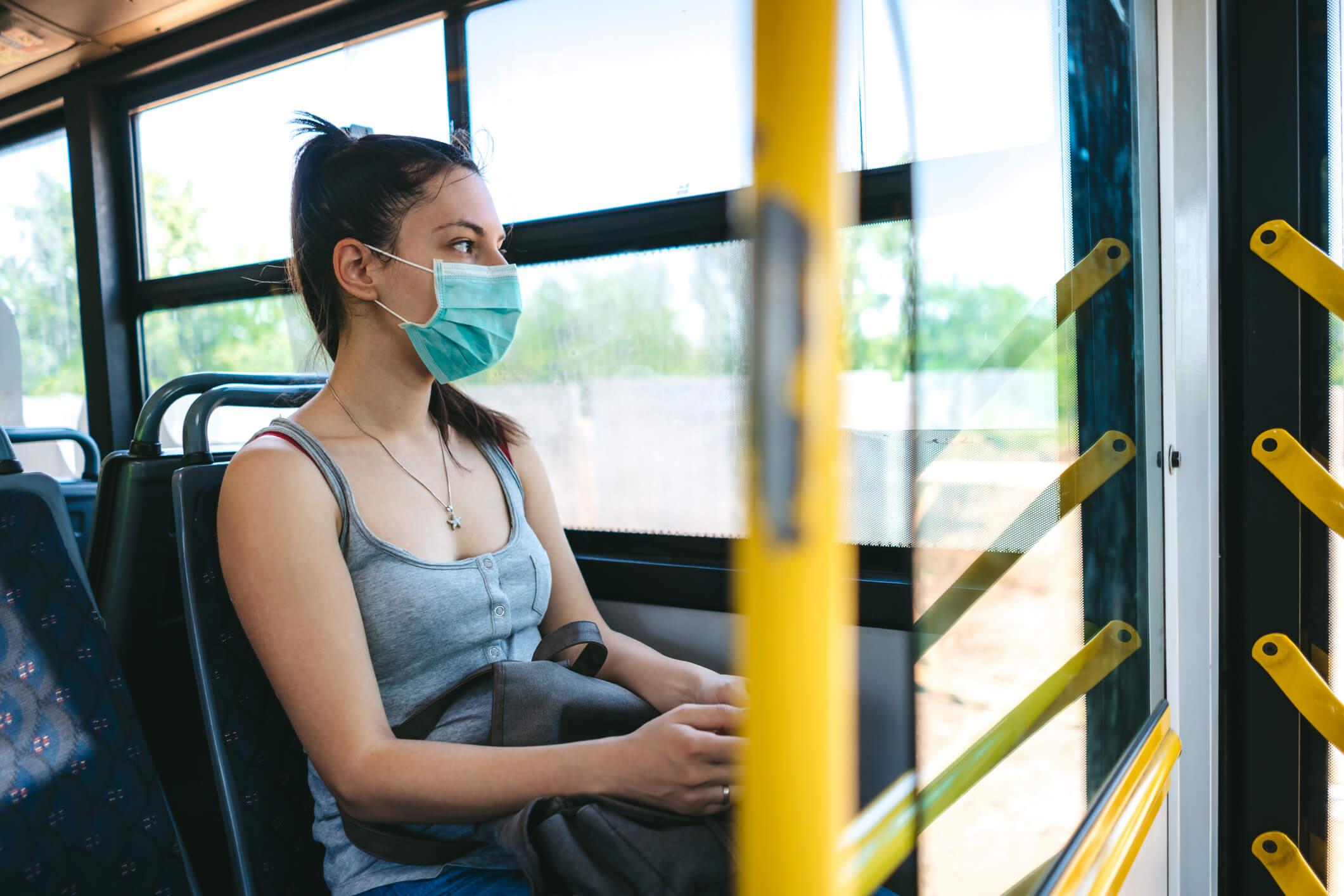 Mujer con mascarilla en transporte público