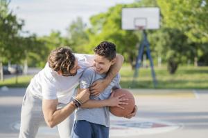 Padre jugando con su hijo basquetbol