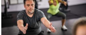 Hombre realizando sentadillas en un gimnasio