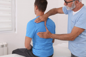 Doctor examinando espalda a hombre