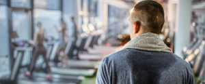 Hombre sudando en el gimnasio - Hiperhidrosis