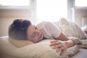 Mujer acostada abrazando una almohada