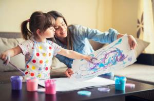 Mamá e hija pintando