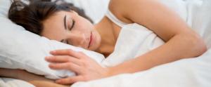 Mujer durmiendo abrazando una almohada - Sabes qué pasa mientras duermes