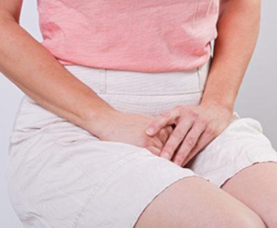 mujer sentada con incontinencia
