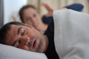 mujer sufre con su pareja masculina roncando en la cama