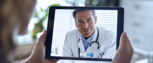 doctor atendiendo a paciente por telemedicina