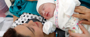 mujer con su recién nacido - tipos de parto