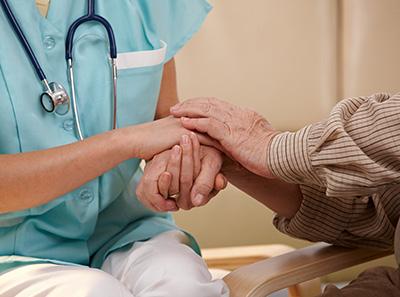 Médico tomándo la mano a paciente