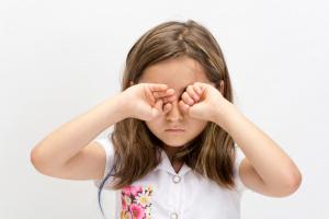 niña frotándose los ojos