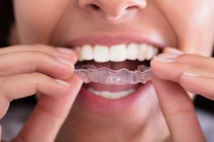 Persona pone placa para dientes