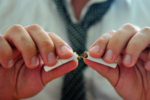 dejar de fumar - manos partiendo un cigarro